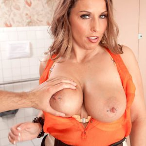 Over 40 MILF Stacie Starr exposes large natural tits