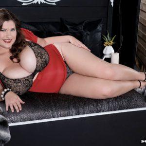 Curvy babe Jennica Lynn letting massive knockers loose