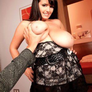 Brunette MILF pornostar Arianna Sinn whipping out hefty juggs before providing oral pleasure