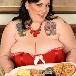 Huge breasted SSBBW Glory Foxxx sucking pecker while munching breakfast in bed