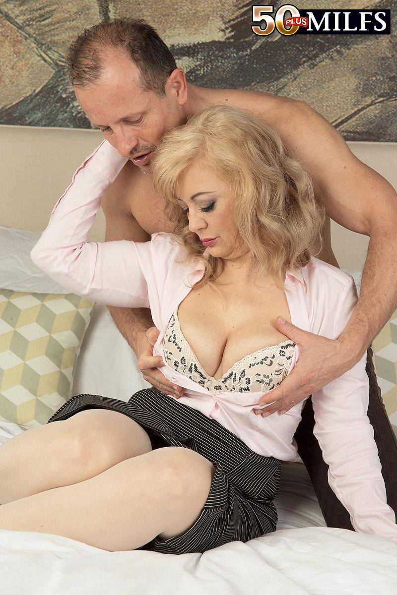 Mature fair-haired dame Veronique providing blow-job after receiving loosening rubdown