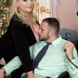 Light-haired BIG SEXY WOMAN secretary Scarlett Rouge seducing her chief for sex on work place desk