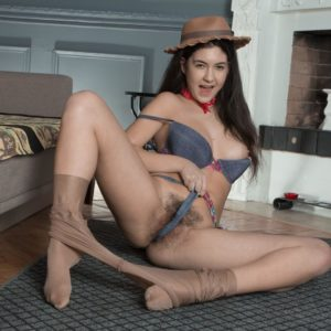 Leggy hat garmented European brown-haired Pavla spreading fur covered amateur cunt