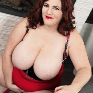 BIG HOT LADY Roxee Robinson frees her monster juggs from her sundress and boulder-holder