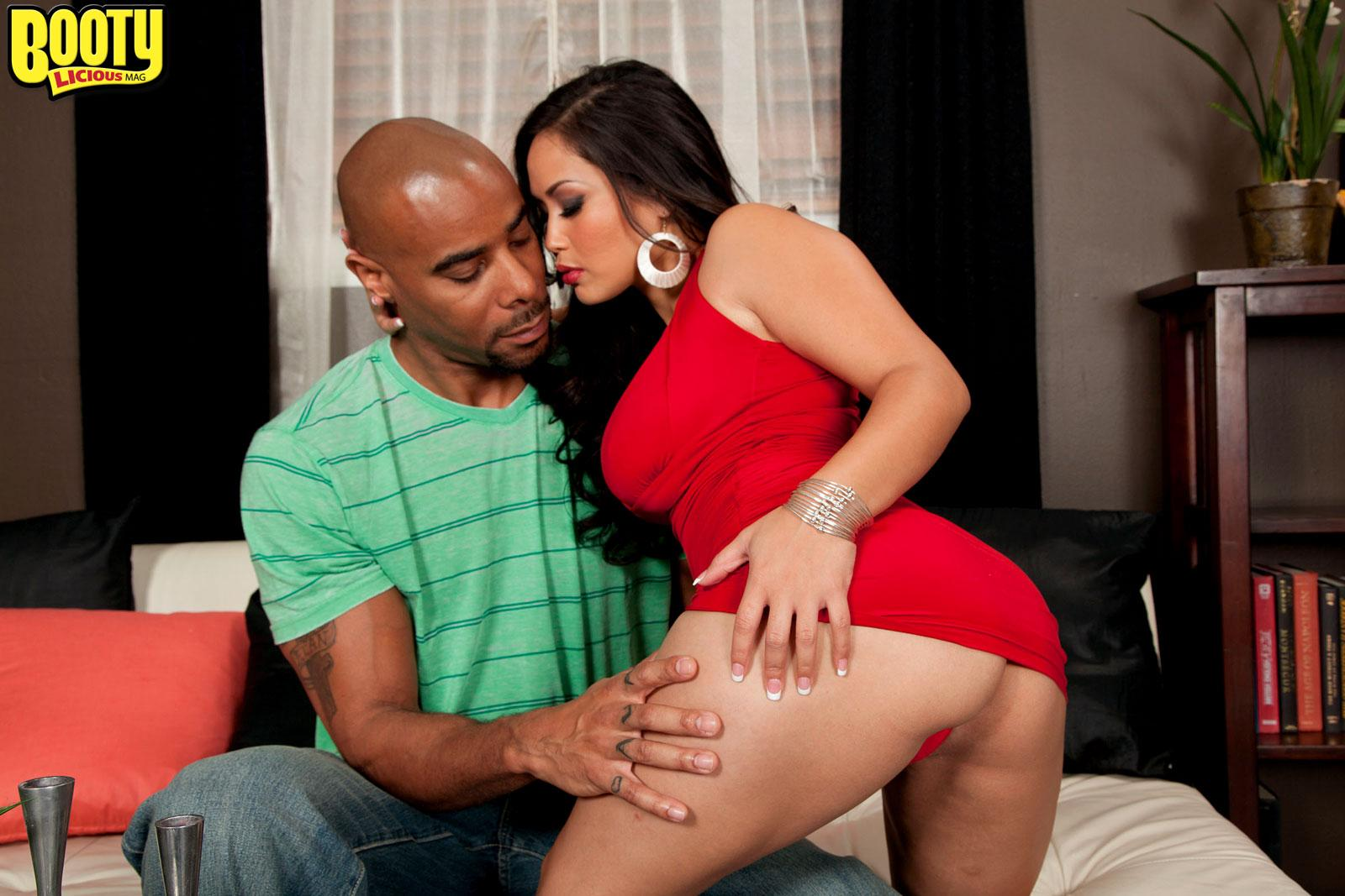 Asian MILF Jessica Bangkok has her monster-sized bum uncovered by a ebony dude