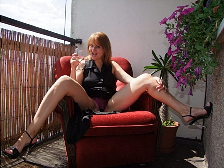 Mature Susan sizzles in outdoor masturbation fetish cam