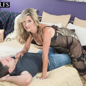 Tempting experienced woman Lauren De Wynter tempts younger stud and gives him a fellatio