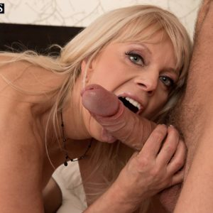 Aged platinum-blonde broad munches and bj's on a big knob in her ebony pantyhose