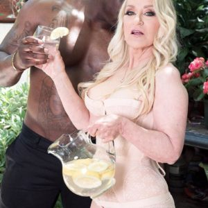 Ash-blonde grannie Robin Pachino seduces a stud with a immense ebony wood outdoors
